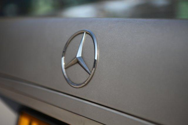 Picture of a Mercedes Benz emblem on an executive saloon car